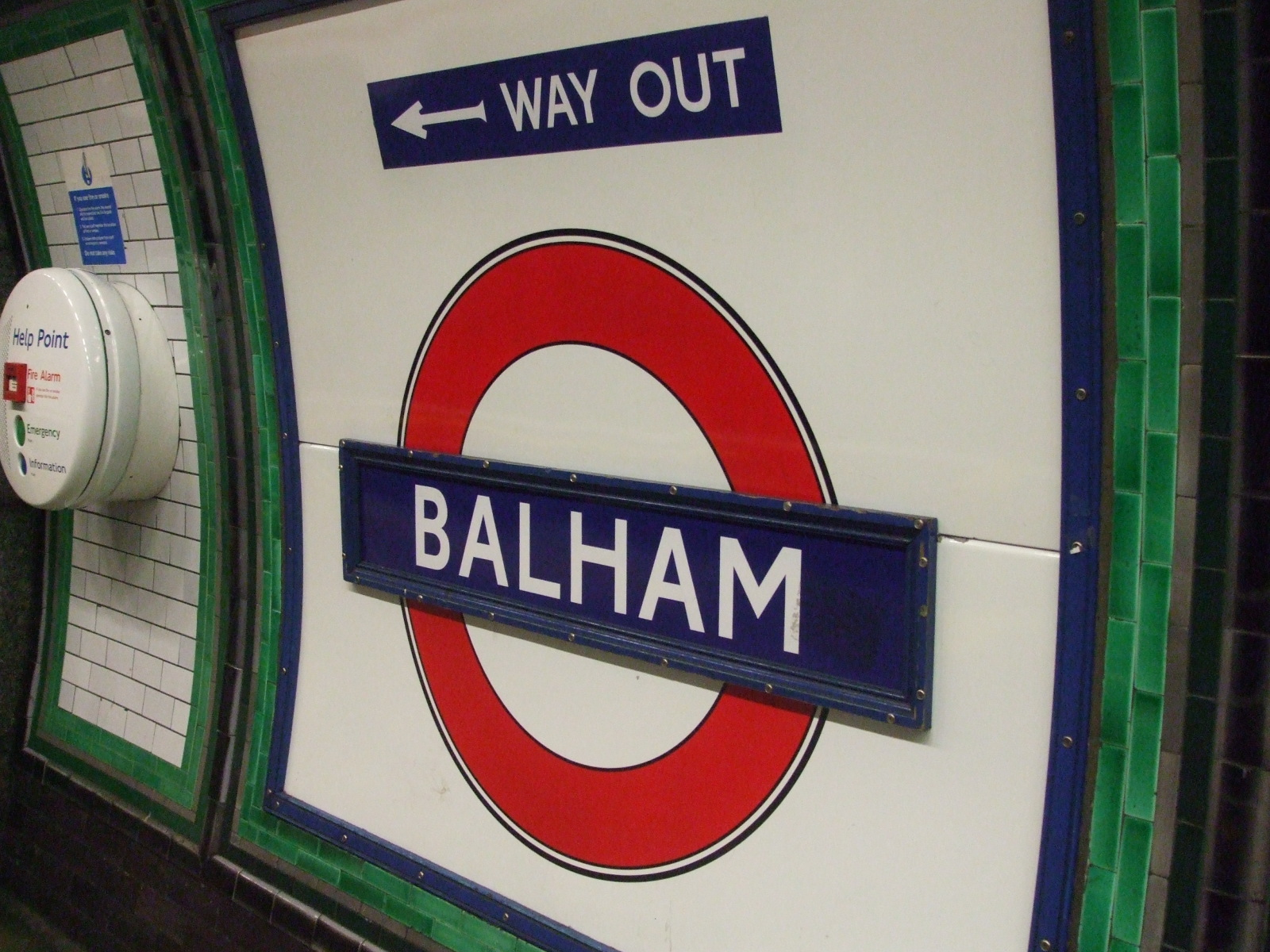 Balham_station_Northern_line_roundel